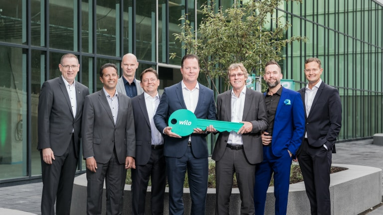 From left to right: Georg Weber (Chief Technology Officer), Dr. Mahmud Mustafa (Head of Operations), Holger Herchenhein (Senior Vice President Group Quality & Qualifications), Mathias Weyers (Chief Financial Officer), Oliver Hermes (Chairman of the Executive Board & Chief Executive Officer), Dr. Georg F?lting (Site Manager), Martin Linge-Boom (Head of Corporate Real Estate Management), Dr. Patrick Niehr (Chief Change Officer) at the handover ceremony for the Smart Factory.