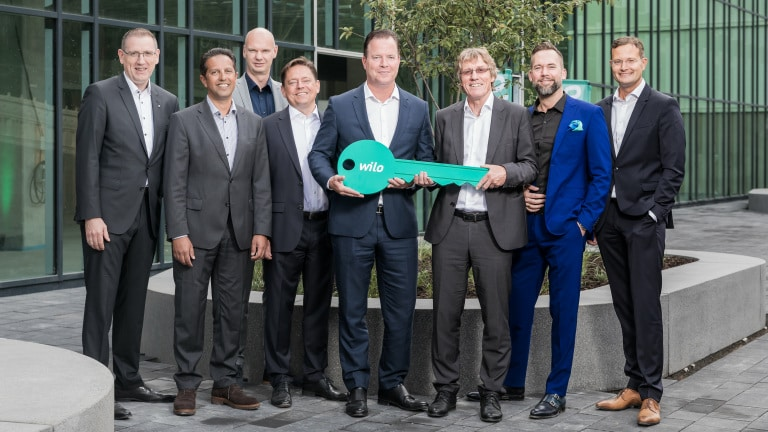 From left to right: Georg Weber (Chief Technology Officer), Dr. Mahmud Mustafa (Head of Operations), Holger Herchenhein (Senior Vice President Group Quality & Qualifications), Mathias Weyers (Chief Financial Officer), Oliver Hermes (Chairman of the Executive Board & Chief Executive Officer), Dr. Georg Fölting (Site Manager), Martin Linge-Boom (Head of Corporate Real Estate Management), Dr. Patrick Niehr (Chief Change Officer) at the handover ceremony for the Smart Factory.